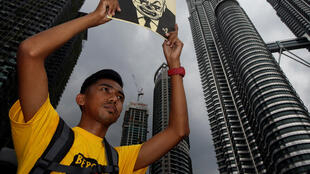 A Kuala Lumpur, ce manifestant brandit une affichette anti Najib Razak, ce 19 novembre 2016.