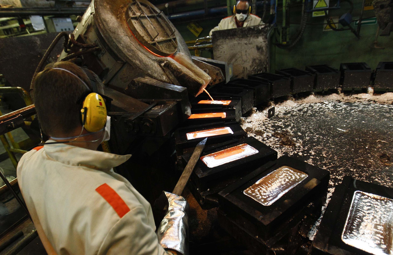 Dans une fonderie, un ouvrier verse de l'argent dans des moules, le 10 mai 2013.