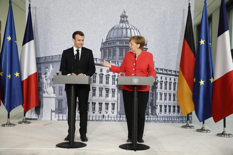 លោកស្រី Angela Merkel និងលោកប្រធានាធិបតីបារាំងEmmanuel Macron នៅអាគារHumboldt Forum ក្រុងប៊ែរឡាំង ថ្ងៃទី១៩ មេសា ២០១៨។