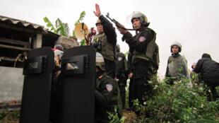 Lực lượng vũ trang được chủ tịch huyện Tiên Lãng, Hải Phòng huy động để cưỡng chế khu đất của gia đình ông Đoàn Văn Vươn.