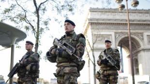Patrouille militaire à Paris, quelques jours après les attentats du 13 novembre 2015.