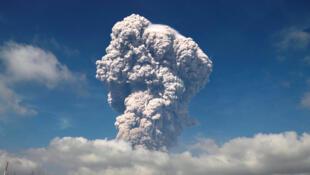 Le nuage de cendres au-dessus du mont Sinabung atteint, ce 19 février, la hauteur de 5000 mètres.