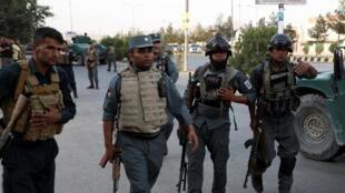 Les forces de sécurité afghanes surveillent le site de l'attentat à Kaboul, le 28 juillet 2019.