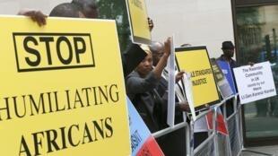 Des manifestants de la communauté rwandaise de Londres réclamant la libération d'Emmanuel Karenzi Karake, le 25 juin dernier.