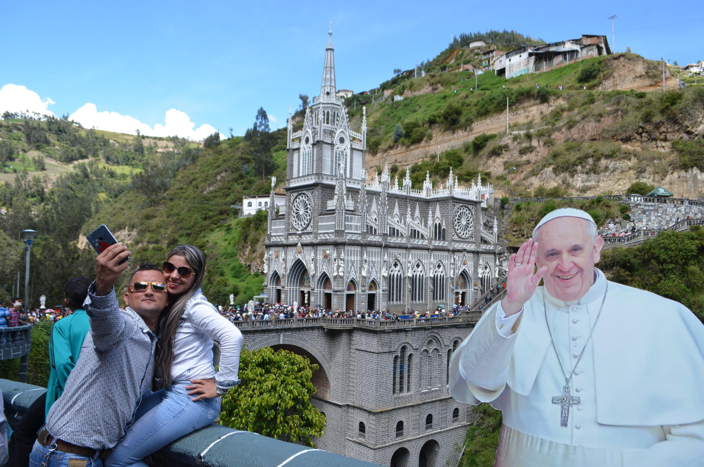 Des visiteurs font un selfie devant le sanctuaire de Las Lajas, près d'Ipiales, dans le sud de la Colombie.