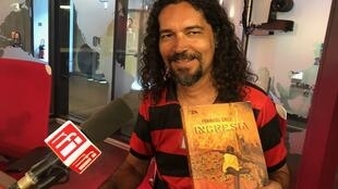 O jornalista e escritor baiano Franciel Cruz nos estúdios da RFI.