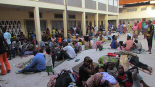 Les résidents congolais déplacés des quartiers sud de Brazzaville s'abritent dans une église après avoir fui de violents affrontements le 4 avril 2016.