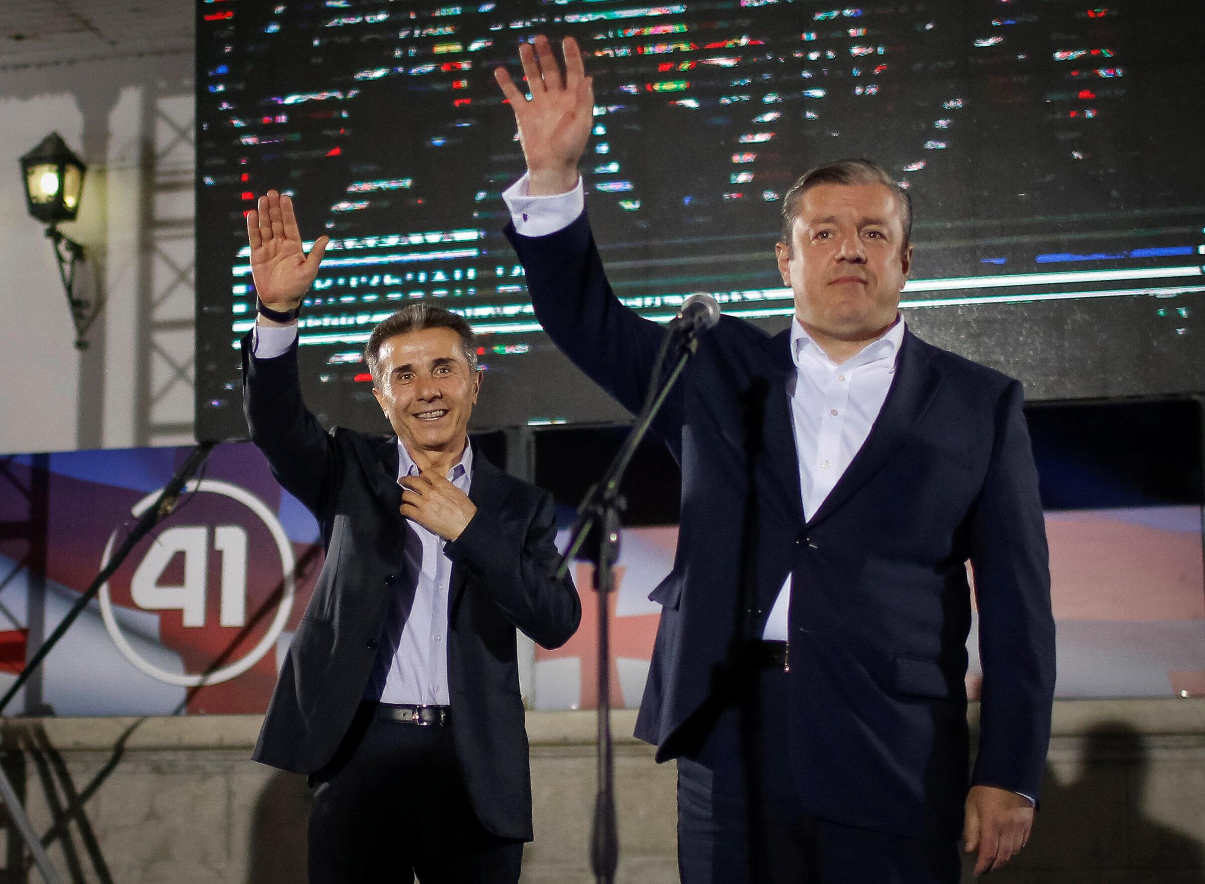 """Премьер Грузии Георгий Квирикашвили (справа) и основатель """"Грузинской мечты"""" Бидзина Иванишвили на митинге 8 октября 2016"""