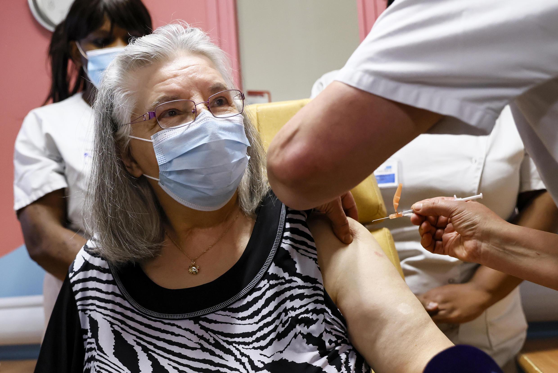 Mauricette, 78 ans, a reçu la première dose du vaccin anti-Covid-19 de France, le 27 décembre à l'hôpital René-Muret de Sevran, dans la banlieue parisienne.