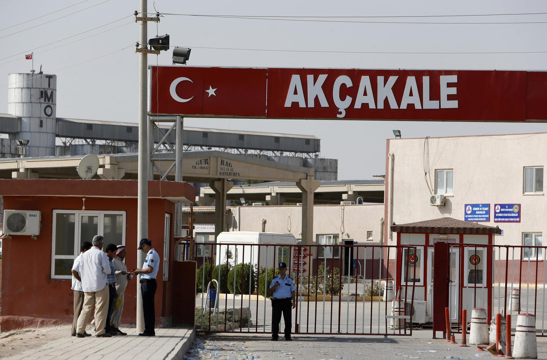 Posto de controle na localidade de Akçakale onde obuses disparados nesta quarta-feira a partir do lado sírio da fronteira mataram três pessoas e feriram outras nove.