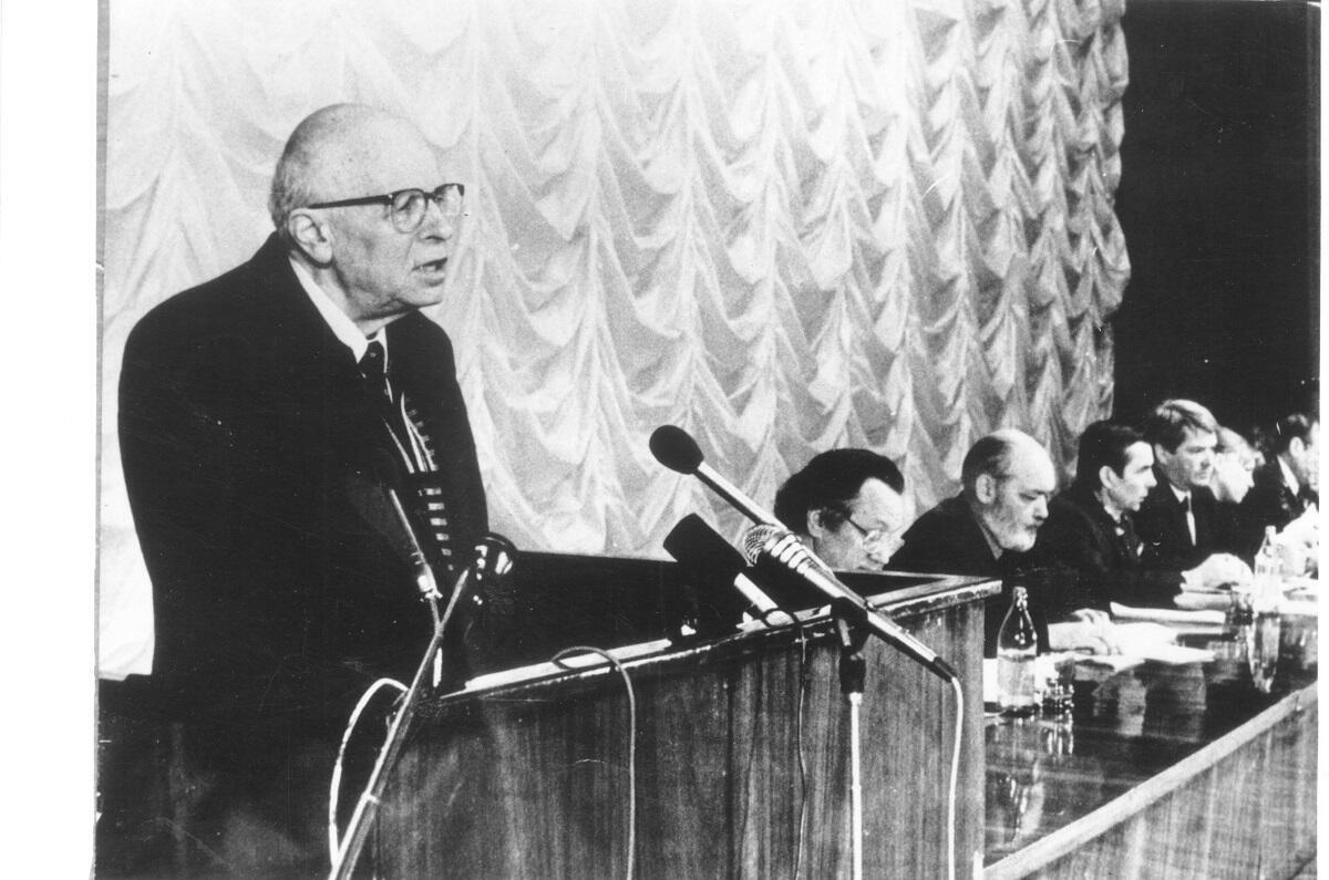 Сахаров на трибуне Учредительной конференции «Мемориала». Январь 1989