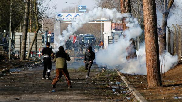 Les policiers grecs ont fait usage de gaz lacrymogène  pour repousser les migrants.