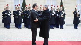 O presidente cubano, Raúl Castro, foi recebido no Palácio do Eliseu com tapete vermelho pelo presidente francês, François Hollande.