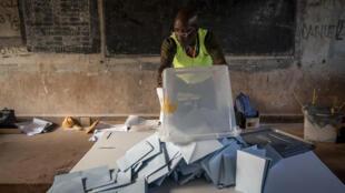 Dépouillement dans le bureau de vote situé au sein du lycée Boganda, à Bangui, la capitale centrafricaine, dimanche 27 décembre 2020 (image d'illustration).