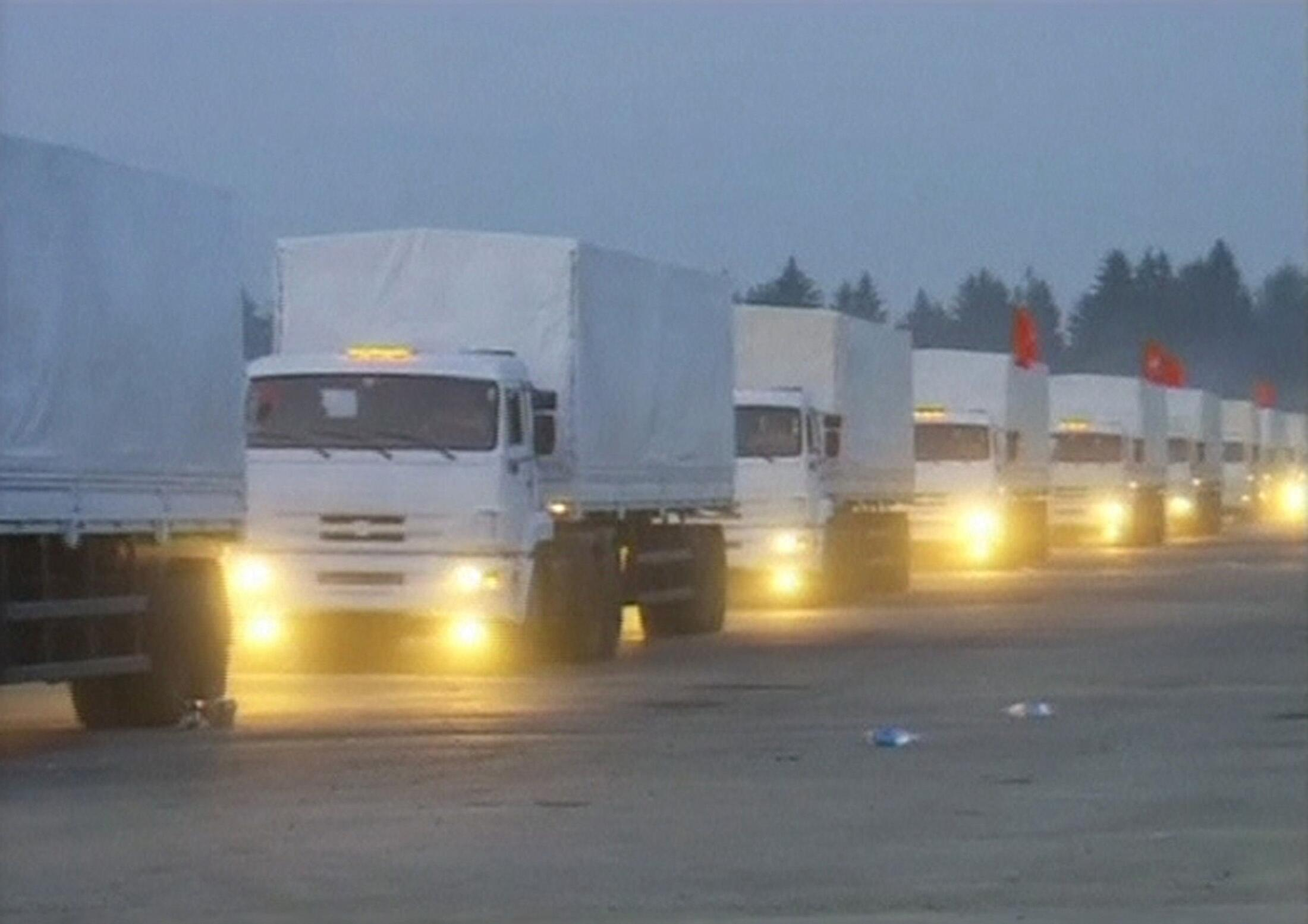 Comboio humanitário russo, composto por 280 caminhões carregados com supostas duas toneladas de alimentos e remédios, a caminho do leste da Ucrânia.