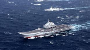 Tàu sân bay Trung Quốc Liêu Ninh và tàu hộ tống trong một cuộc diễn tập  ở Biển Đông tháng 12/2016. Ảnh minh họa.