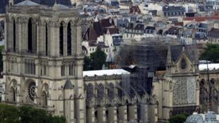 Catedral de Notre-Dame após incêndio que destruiu parte de sua estrutura.