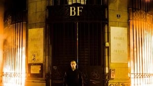 Петр Павленский у здания Банка Франции в Париже