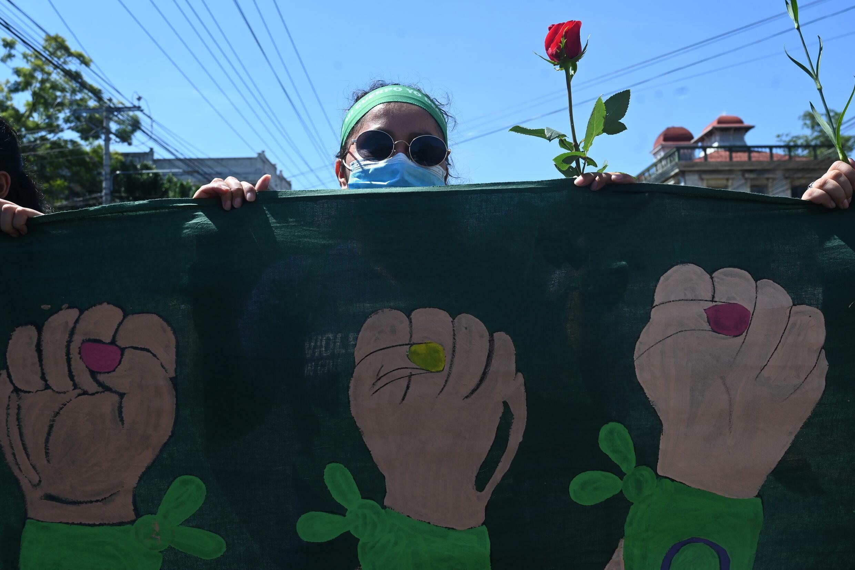 Una mujer participa en una marcha en demanda de la despenalización del aborto el 28 de septiembre de 2021 en San Salvador