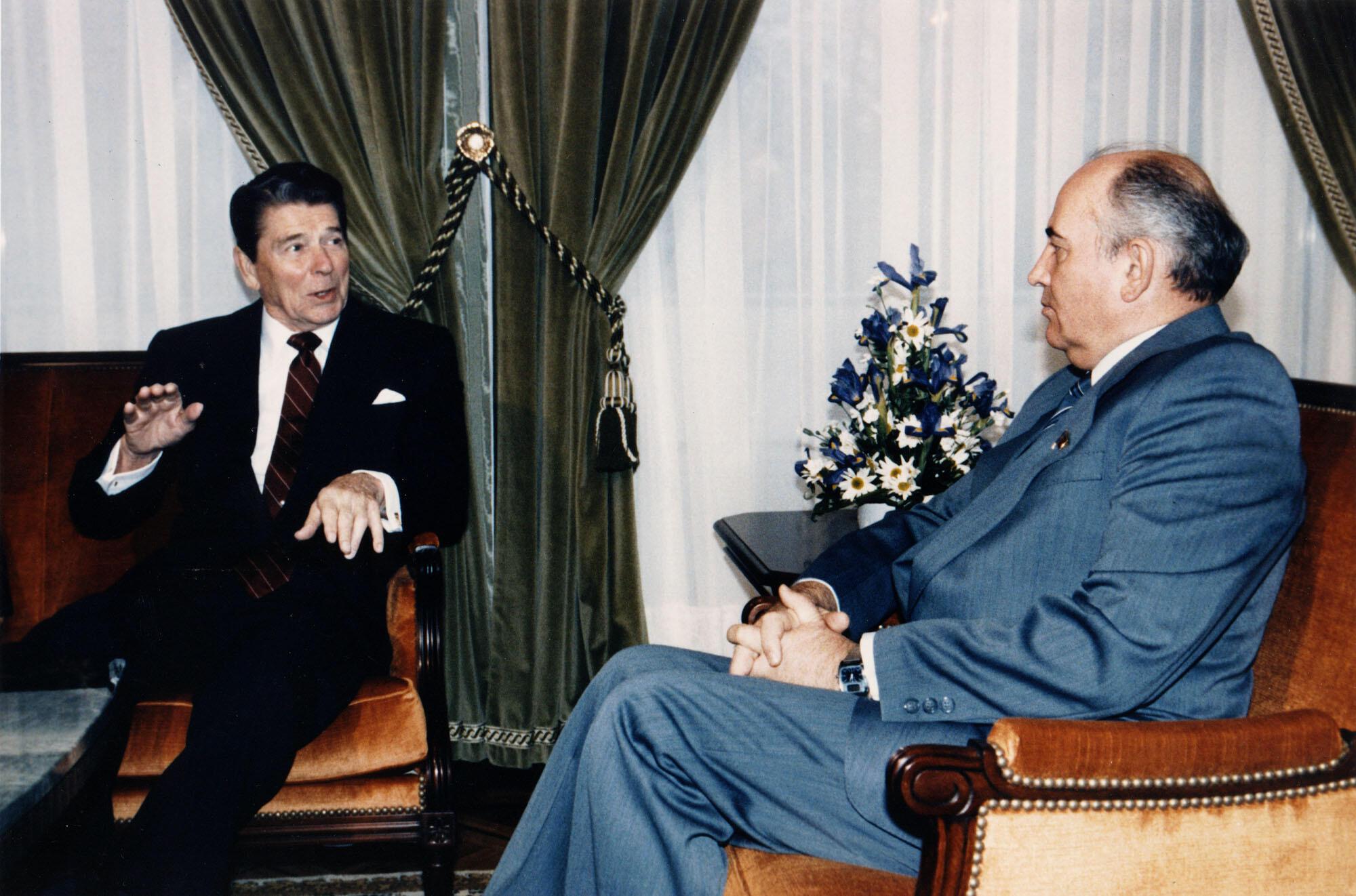 Рональд Рейган и Михаил Горбачев на переговорах в Женеве, ноябрь 1985 г.