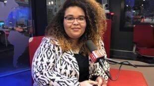 A escritora Jarid Arraes nos estúdios da RFI Brasil, em Paris.