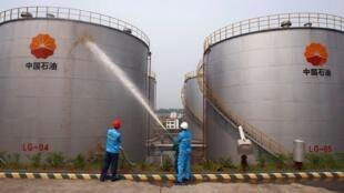 中石油僱員對儲油罐噴水降溫四川綏靖2010年8月13日。