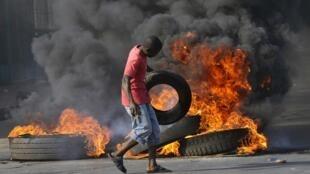 Un manifestante en una barricada en Maputo, 1 de septiembre de 2010.