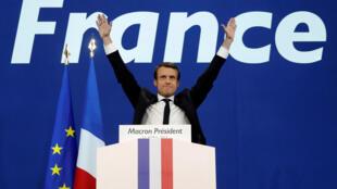 法国中间派力量前进运动领导人马克龙2017年4月 23日在总统选举首轮投票中胜出。