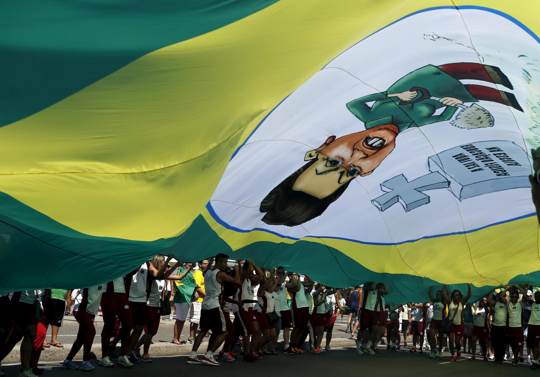 «Dilma dehors», scandaient les manifestants dans les rues de Rio, dimanche 12 avril 2015.