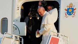 Папа Франциск выходит из самолета в аэропорте Панамы, 29 января 2019 года