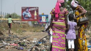 Les rails d'une ligne de chemin de fer à côté de Bamako, au Mali.