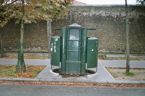 """La última """"pissotière"""" de París se encuentra en el 75 del Boulevard Arago, en el distrito 14 de la capital francesa."""