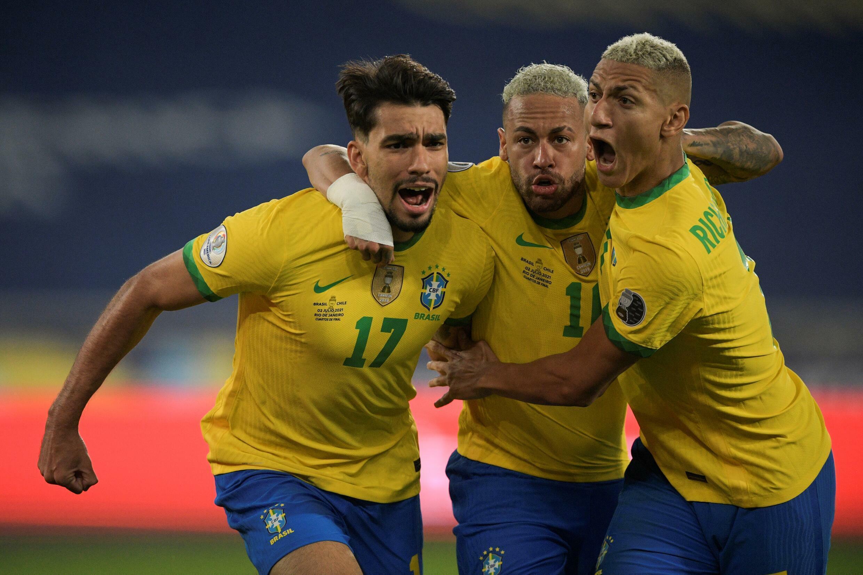 Lucas Paquetá (I)  Neymar (C) y Richarlison tienen la mira puesta en Perú, su rival de semifinales de la Copa América el 5 de julio de 2021 en Rio de Janeiro
