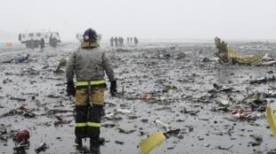 Спасатели работают на месте крушения лайнера авиакомпании Flydubai под Ростовом-на-Дону
