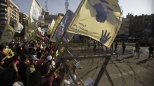 Manifestantes pró-Mursi protestam nesta sexta-feira, 4 de outubro de 2013, no Cairo.