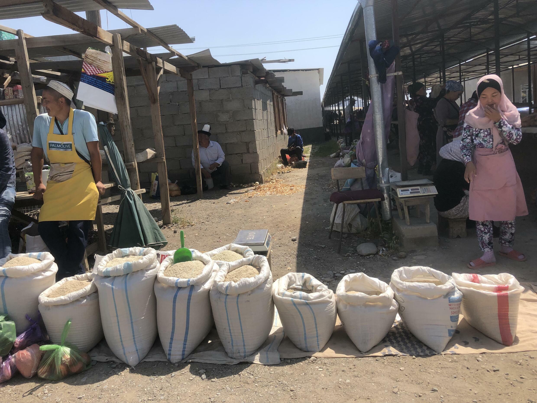 Рынок в селе Самаркандек. Баткенская область, Кыргызстан, май 2021 г.