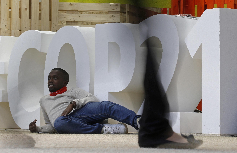 Jovem posa em frente à COP21, em, no Centro de Exposições de Le Bourget.