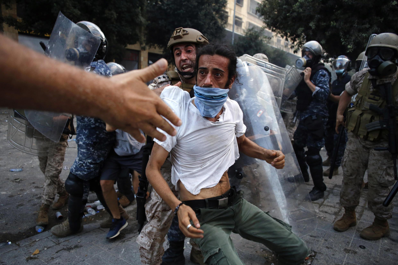 ماموران انتظامی یکی از تظاهرکنندگان را از محل تظاهرات دور میکنند ـ ٨ اوت ٢٠٢٠