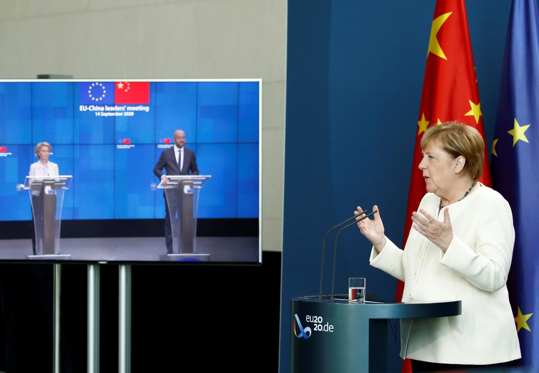 La chancelière allemande Angela Merkel en visioconférence avec le président du Conseil européen, Charles Michel, et la présidente de la Commission Ursula von der Leyen, lors du sommet virtuel Chine-UE, le 14 septembre 2020.