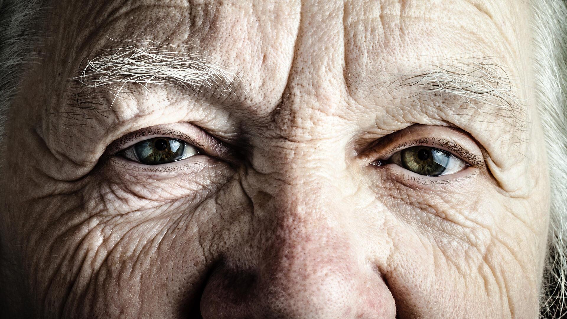 vieille dame vieillesse gros plan yeux âgé