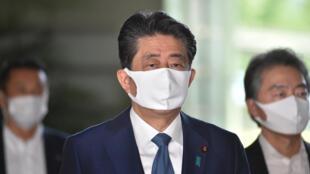 El primer ministro de Japón, Shinzo Abe (centro), en Tokio, Japón, el 28 de agosto de 2020