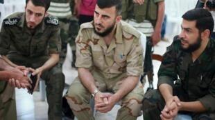 Zahrane Allouche, thủ lãnh nhóm nổi dậy Jaich Al Islam (giữa) trong một cuộc họp ở Douma thuộc Damas, Syria. Ảnh chụp ngày 27/08/2014.