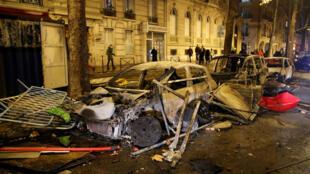"""Carros queimados pelos """"coletes amarelos"""" na Avenida Kléber, no oeste Paris."""