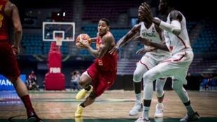 O atleta angolano, Carlos Morais, não conseguiu desfazer-se dos avdersários senegaleses.