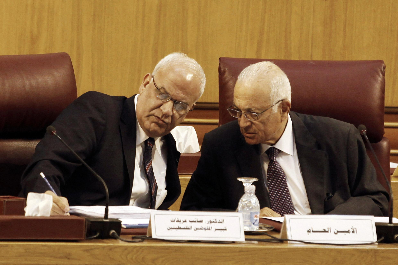 Đại diện Palestine Saeb Erekat và Chủ tịch liên đoàn Ả rập Nabil El-Araby tại bàn thương thuyết dưới sự bảo trợ của Ai Cập - REUTERS