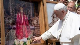 O papa Francisco divulgou nesta quinta-feira normas mais rígidas que obrigam os padres e religiosos a denunciar qualquer suspeitas de agressão sexual ou assédio.