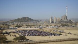 Devant la mine de platine de Marikana, en Afrique du Sud.
