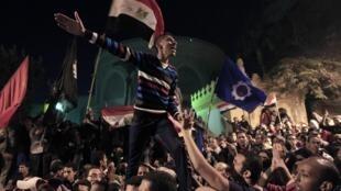Manifestantes em protesto festivo diante do palácio presidencial egípcio.