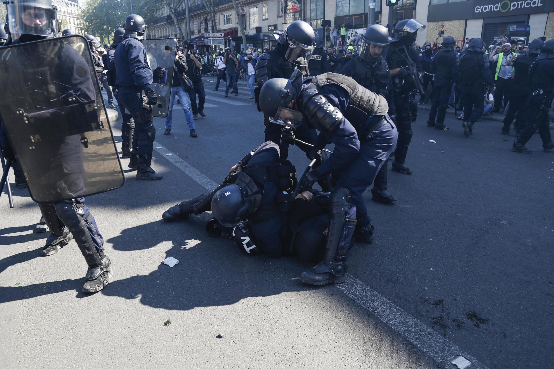 Interpellation musclée du journaliste indépendant Gaspard Glanz en avril 2019, place de la République à Paris.