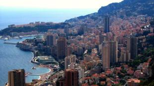 Soumis à une forte pression foncière, la Principauté de Monaco s'est étendue en gagnant des terrains  sur la mer.
